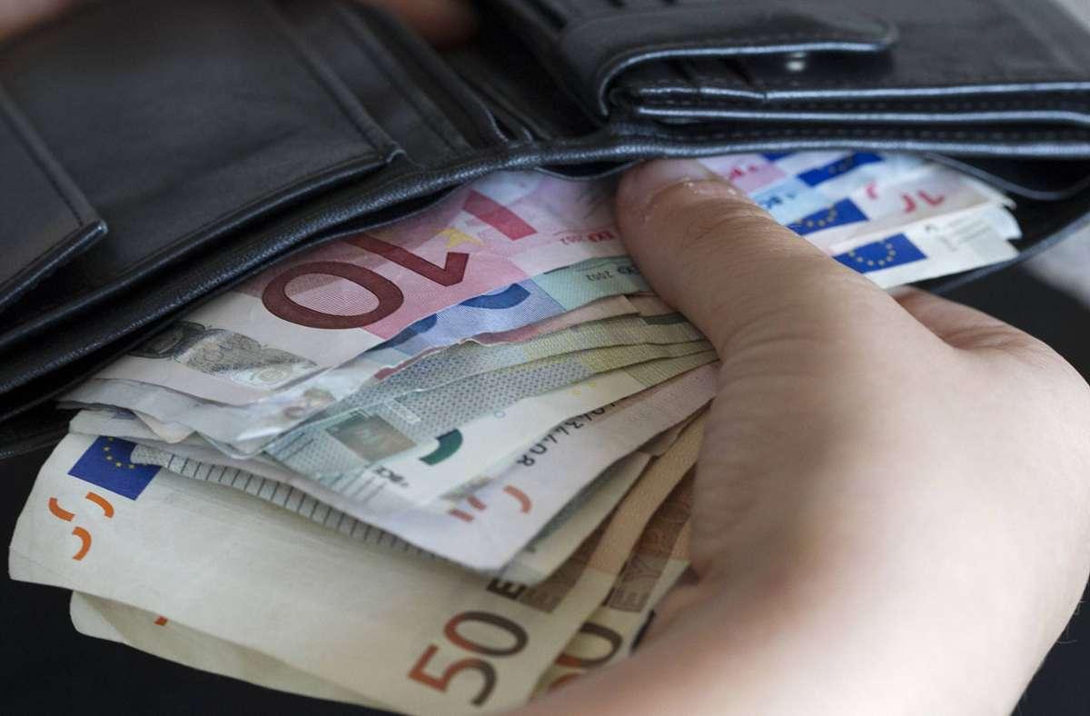Der Unbekannte stahl rund 180 Euro aus dem Geldbeutel der Seniorin. (Symbolbild) Foto: imago/Eibner/imago stock&people