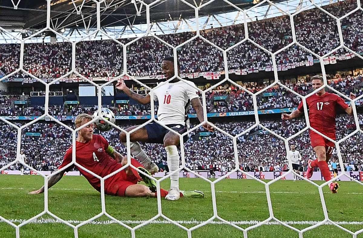 Simon Kjaer grätscht den Ball über die Linie. Foto: AFP/PAUL ELLIS