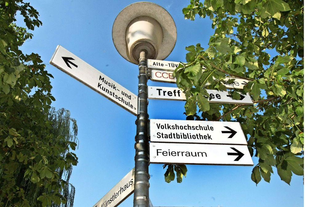 Hinweise am zentralen Elbenplatz: Die Schilder sollen erneuert werden. Foto: Horst Rudel