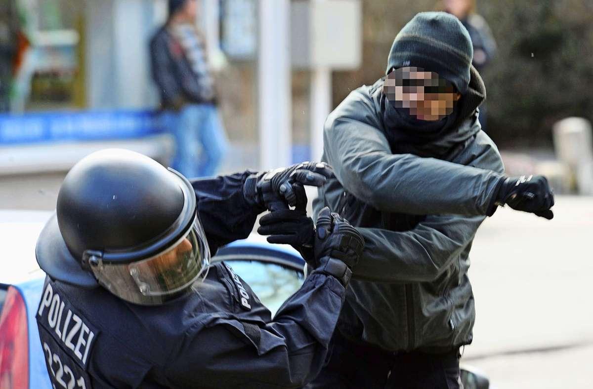 Ein Polizist wird von einem Mann niedergeschlagen. Sogenannte tätliche Angriffe werden seit 2018 in den Statistiken extra geführt. Ihre Zahl steigt. Foto: /Carsten Rehder