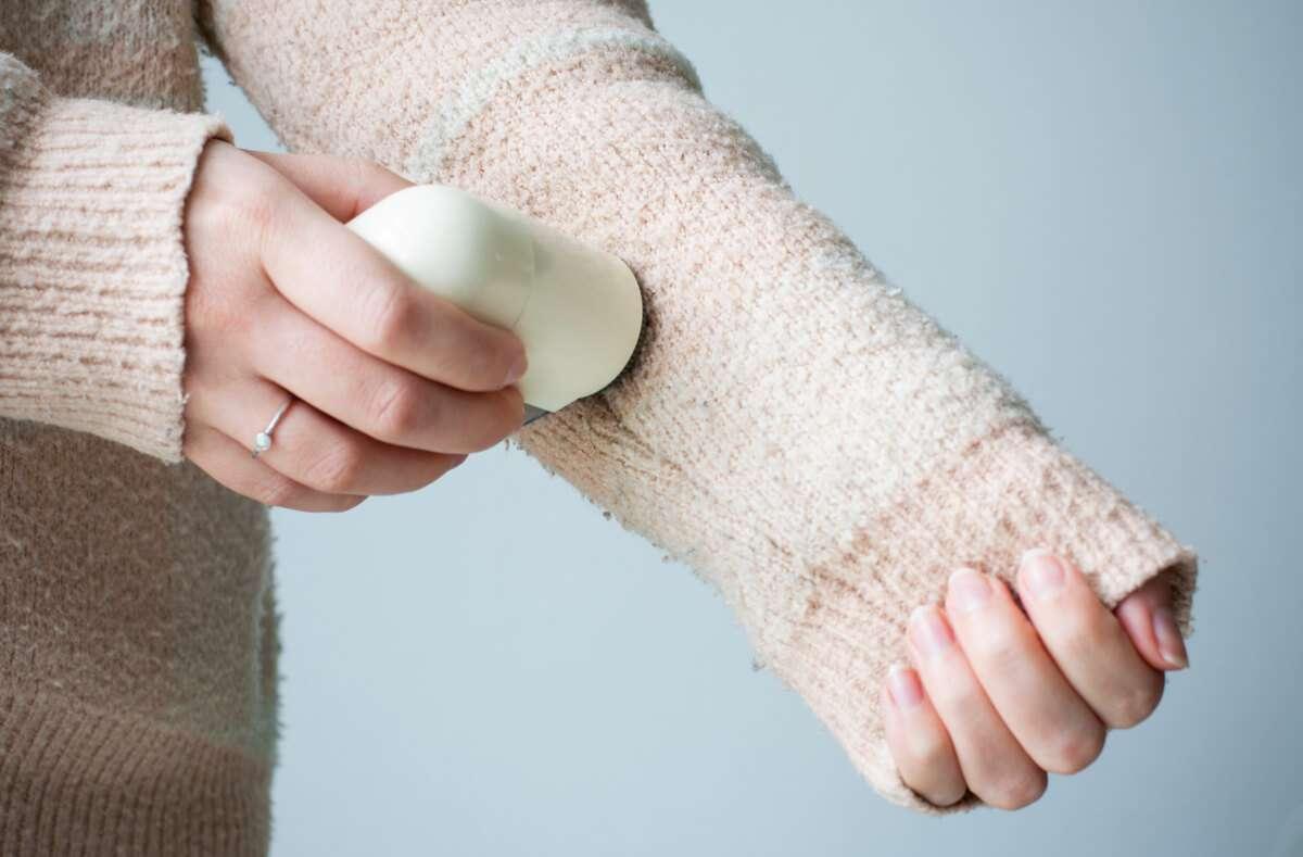 Ob Wollpullover, Fleecejacke oder auf dem Sofa - in diesem Artikel zeigen wir Ihnen, wie Sie Pilling entfernen und vorbeugen. Foto: Ellyy / Shutterstock.com