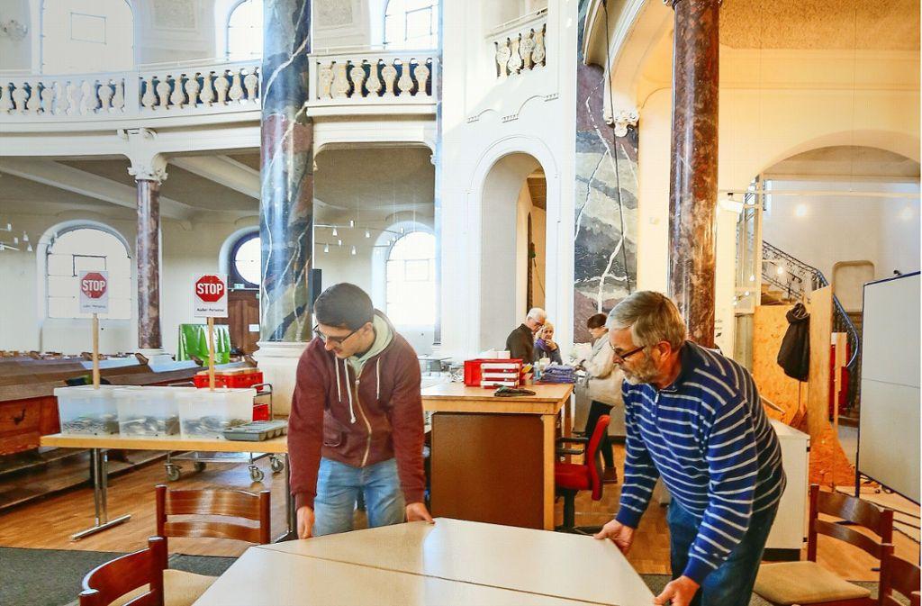 Tische rücken: Ab Sonntag werden in der Friedenskirche täglich bis zu 550 Essensgäste erwartet. Außer Speis und Trank ist noch viel mehr geboten. Foto: factum/Granville
