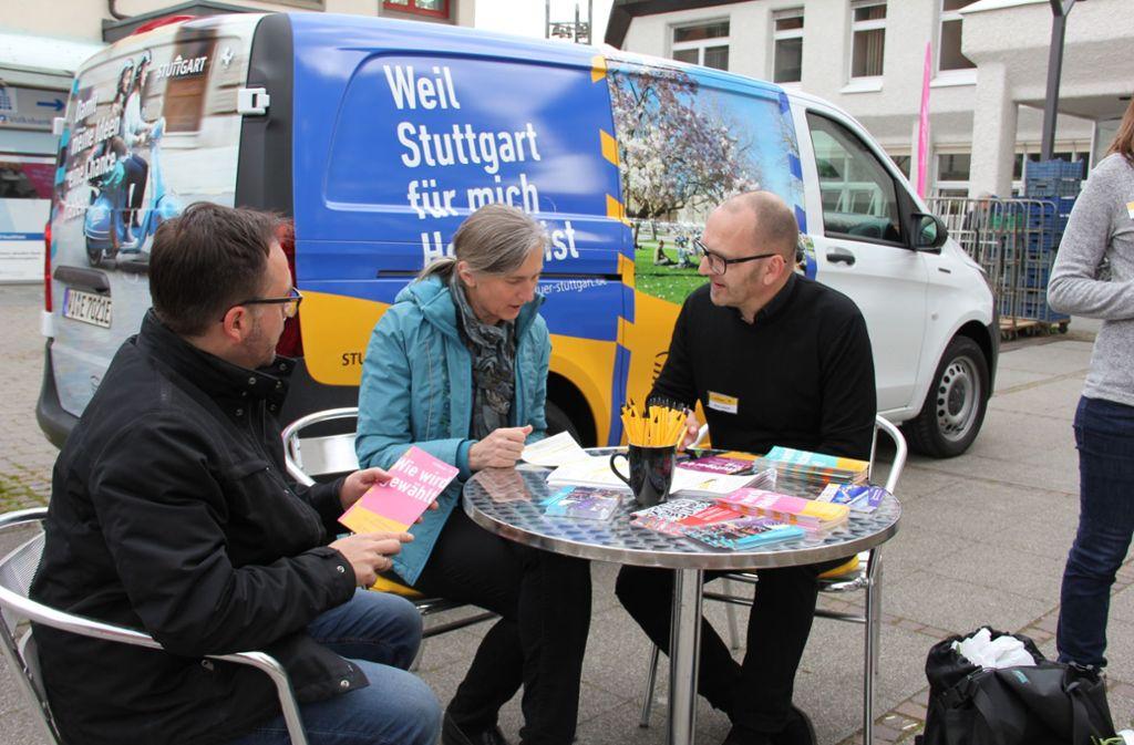 Jan Minges (l.) und Oliver Seibold zeigen Ute Melchinger Foto: Bernd Zeyer