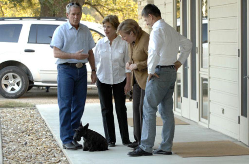 Bushs Hündin Miss Beazley begrüßte auch Kanzlerin Angela Merkel und ihrem Mann Joachim Sauer auf der Farm des damaligen US-Präsidenten in Texas. Foto: dpa