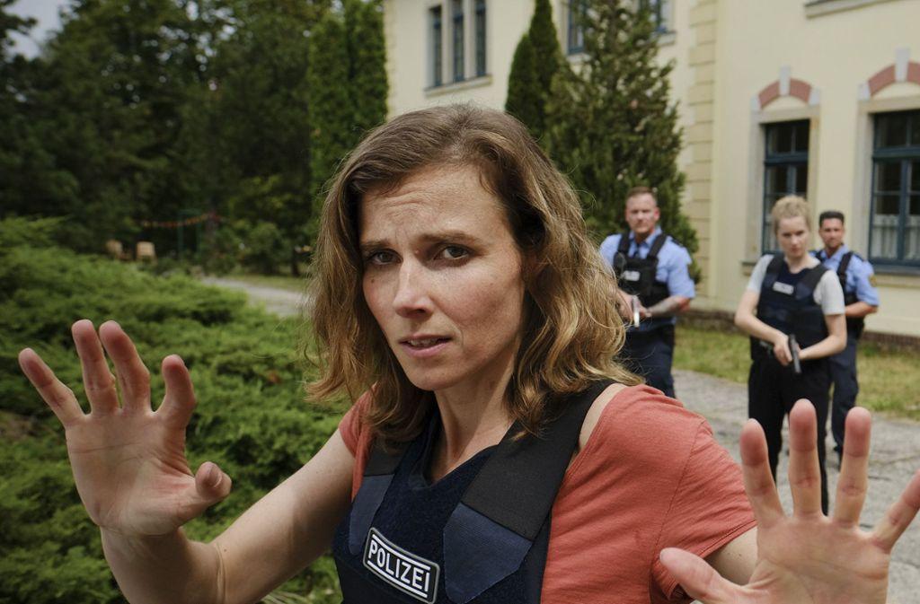 Die Kommissarin Karin Gorniak (Karin Hanczewski)  versucht, einen Geiselnehmer zu beschwichtigen. Foto: MDR/W&B Television/Michael Kotsc