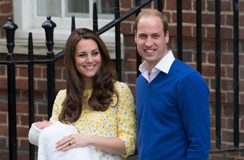 Bald wird es vermutlich wieder ein ähnliches Foto geben. Herzogin Kate ist zum dritten Mal schwanger und die Briten sind hocherfreut. Hier sieht man sie 2015 nach der Geburt ihrer Tochter Charlotte und dem stolzen Papa William. Foto: dpa