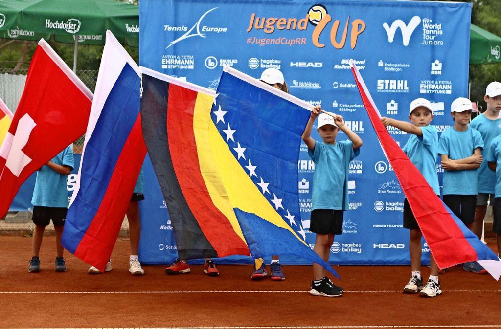 Die Teilnehmer beim Jugendcup kommen aus aller Welt: Die jungen Fahnenträger haben alle Hände voll zu tun.   Foto: Andreas Gorr Foto: