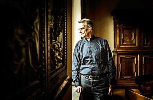 Fischer im Aufenthaltsraum mit Blick auf den Petersdom. Vor fünf Jahren wurde  der Freiburger Priester  nach Rom gerufen. Foto: Andreas Reiner