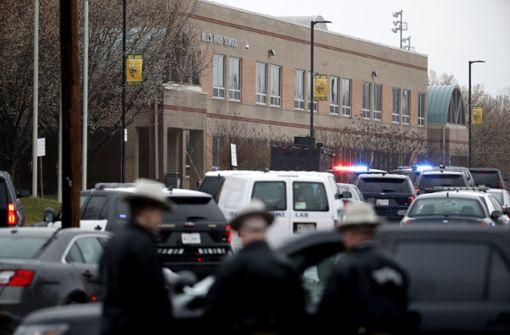 Angreifer stirbt bei Schusswechsel an High School