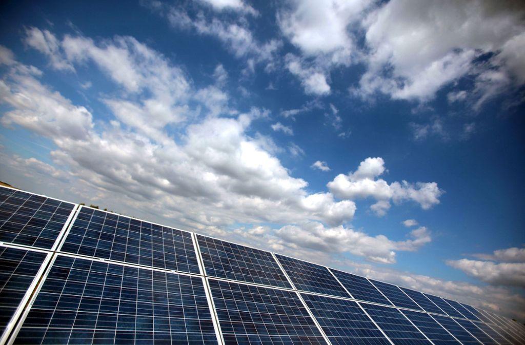 Wolken über Solaranlage – als Geldanlage nicht ohne Tücken Foto: dpa