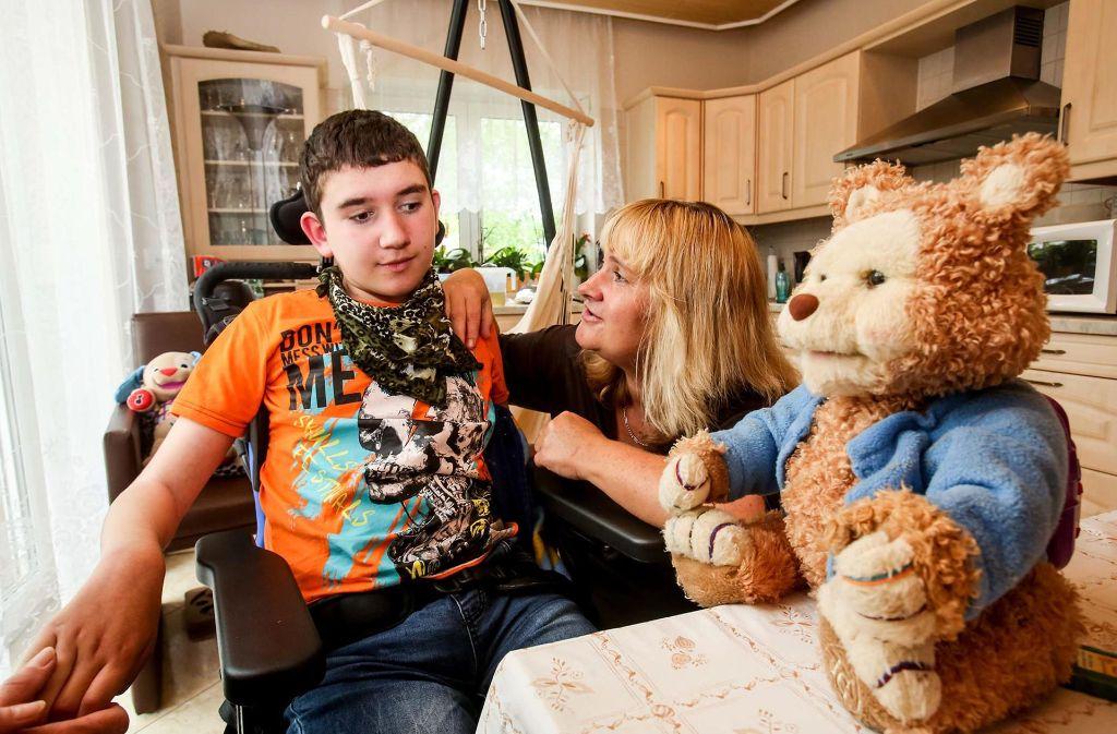 Pascal  ist blind, sitzt im Rollstuhl und kann nicht mehr sprechen. Seine Mutter  pflegt ihn rund um die Uhr. Foto: Amin Akhtar