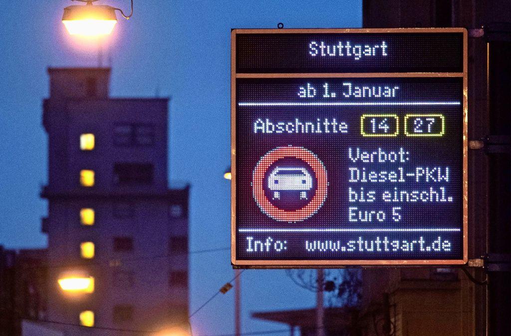 Immer wieder kommt es zu neuen Einschränkungen für Autofahrer in Stuttgart. Ein Ende ist noch nicht in Sicht. Foto: dpa/Marijan Murat