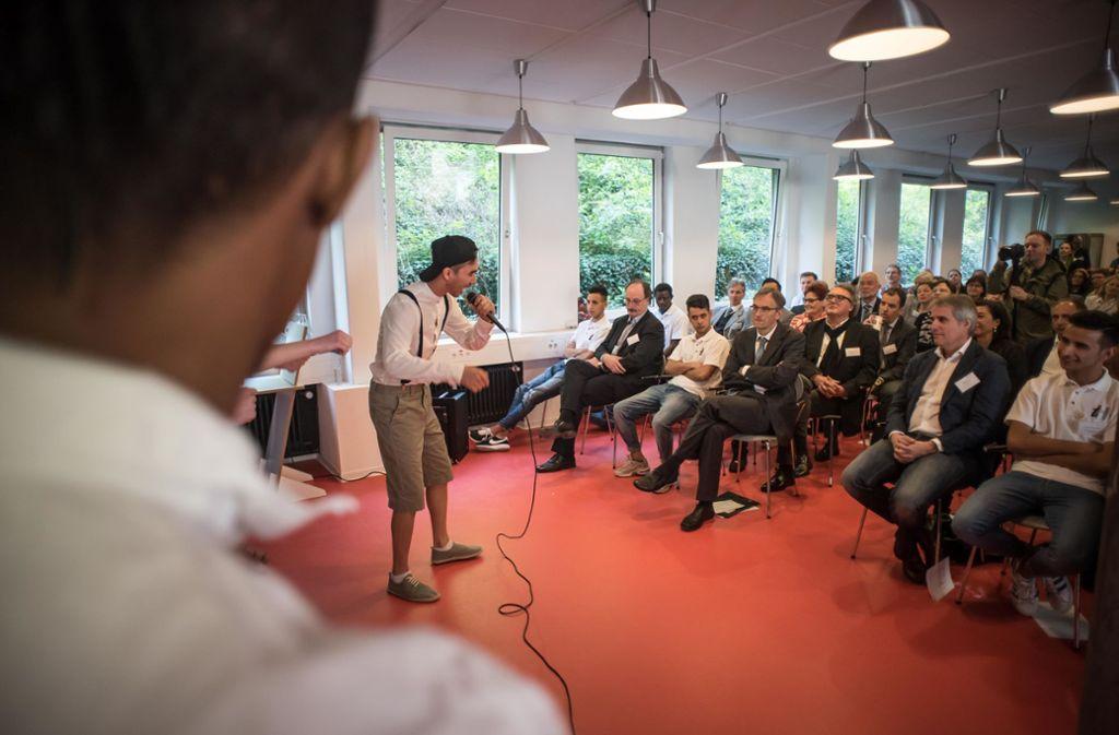 Der Ausbildungscampus ist Beratungsstelle und Treffpunkt für junge Migranten (hier bei der Eröffnung). Foto: Lichtgut/Max Kovalenko
