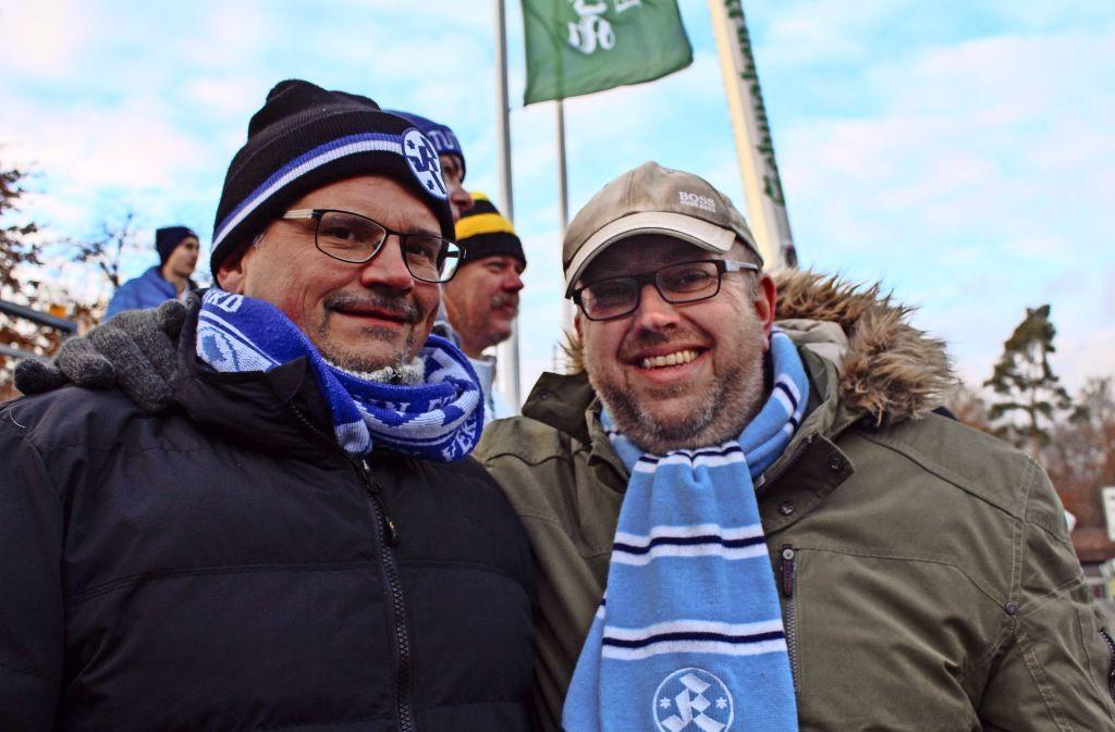 Andreas Heydt und Kai Völschow (rechts) gehen seit 37 Jahren zusammen ins Stadion. Foto: Sabrina Höbel