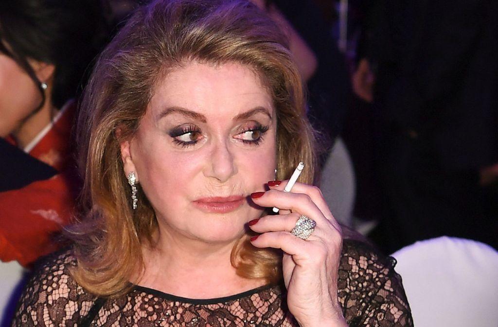 Catherine Deneuve ist selten ohne Zigarette zu sehen. Die französische Schauspielerin muss in Zukunft für dieses Vergnügen allerdings tiefer in die Tasche greifen. Der Staat hat die Steuer auf Glimmstängel drastisch erhöht. Foto: dpa/Britta Pedersen