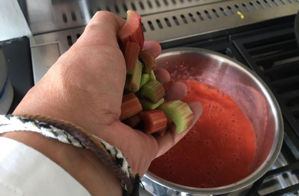 . . . und in der Erdbeersoße kurz kochen, je nachdem, wie fest man sich den Rhabarber wünscht. Foto: Weier
