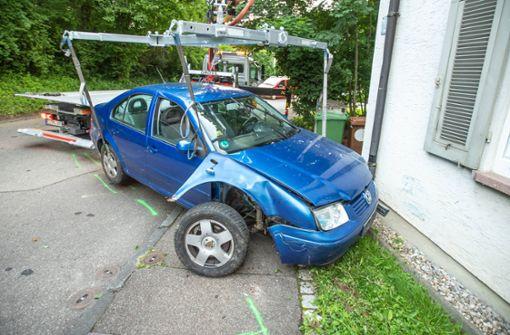 Unbekannter Autofahrer kracht gegen Hauswand und flüchtet