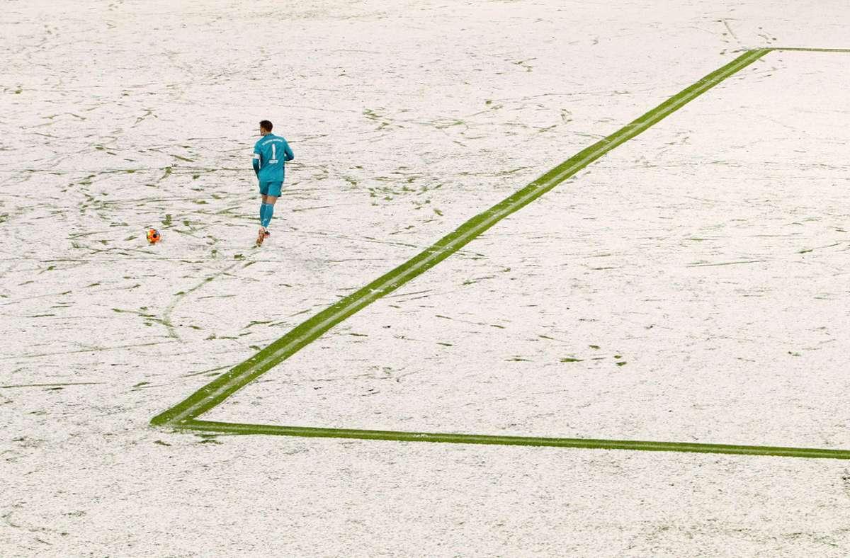 Bayern-Torwart Manuel Neuer allein  auf der weißen Pracht in der Allianz-Arena. Foto: dpa/Adam Pretty