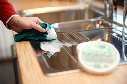 8 Wege, um eine Edelstahlspüle zu reinigen