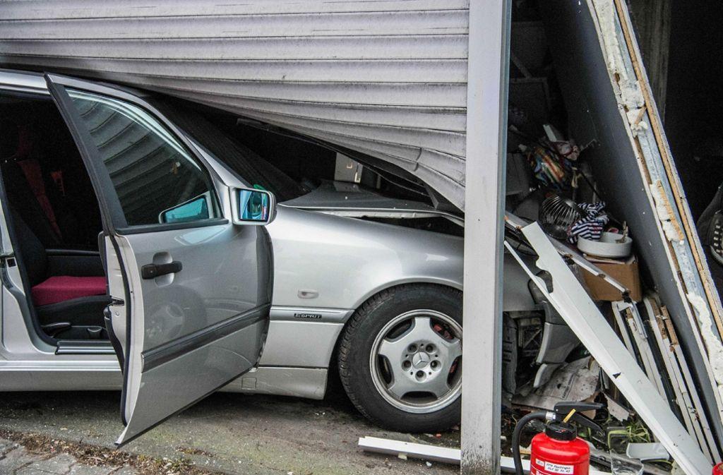 Bei einem Unfall in Plochingen sind zwei Personen verletzt worden. Foto: SDMG