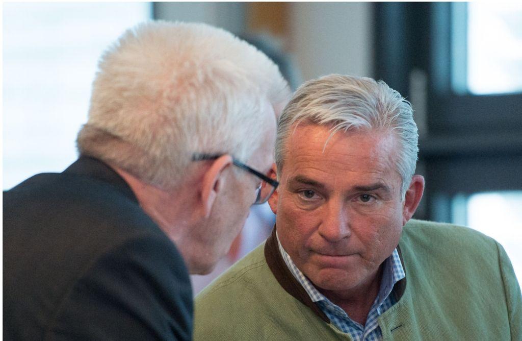 """Farblich schon ganz auf """"Kiwi-Koalition"""" getrimmt ärgert sich CDU-Landeschef Thomas Strobl (rechts) dennoch über die knappe Landeskasse, die Ministerpräsident Winfried Kretschmann (links) hinterlassen hat. Foto: dpa"""