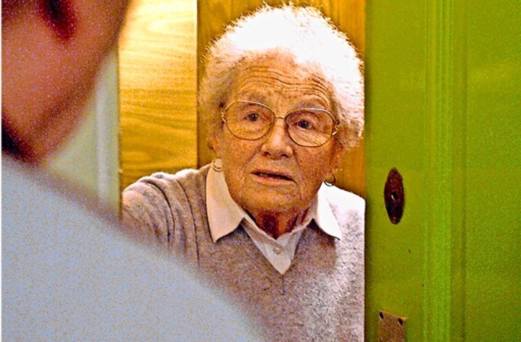 Senioren werden von Betrügern heimgesucht, die deren Gutgläubigkeit ausnutzen. Foto: dpa