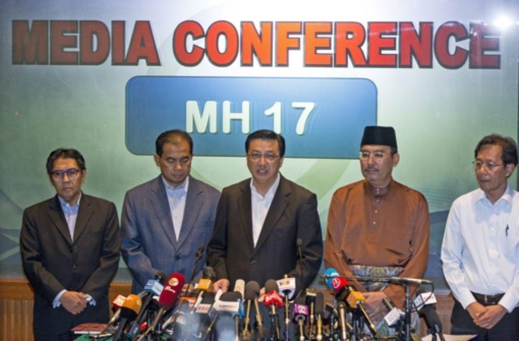 Vertreter der Fluglinie Malaysia Airlines und Regierungsmitglieder äußern auf einer Pressekonferenz in Kuala Lumpur  ihre Bestürzung über den Absturz von MH17. Foto: dpa