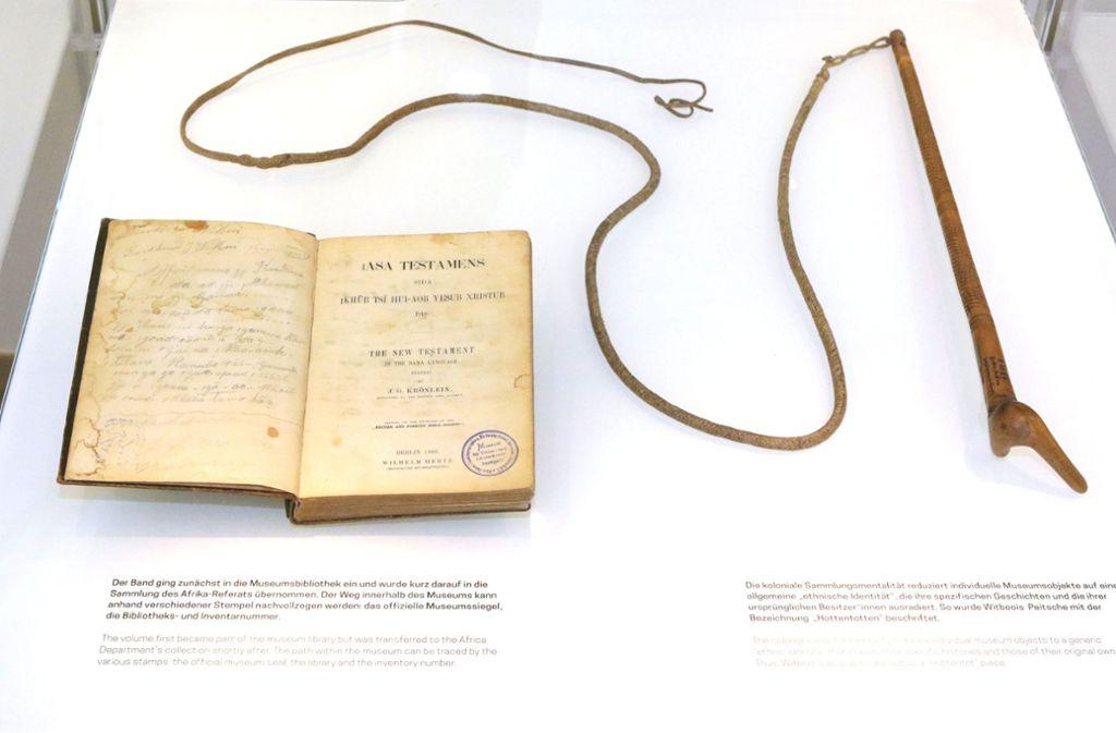 Kulturgüter aus den kolonialen Erbe: Bibel und Peitsche von Hendrik Witbooi. Foto: epd