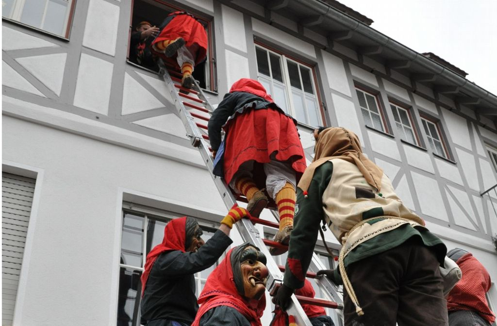 Chancenlos gegen die Hexenübermacht auf der Leiter: Oberbürgermeister Roland Klenk bleibt nach dem Rathaussturm nur die Kapitulation. Foto: Claudia Leihenseder
