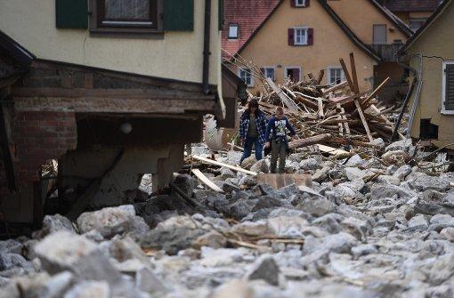 Rettungskräfte räumen nach verheerenden Gewittern auf