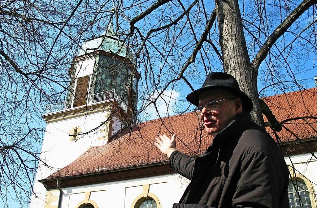 Pfarrer  Zweigle vor der Feuerbacher Stadtkirche Foto: Susanne Müller-Baji