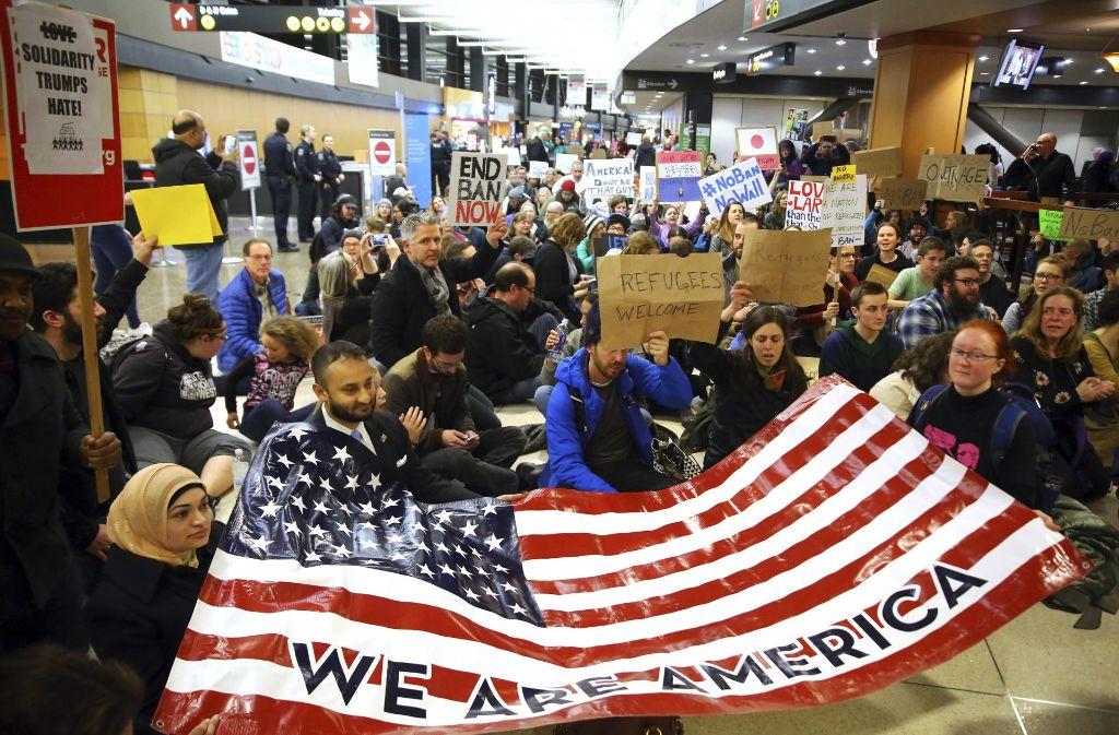 Flüchtlinge werden an US-Flughäfen festgehalten. Foto: dpa/seattlepi.com