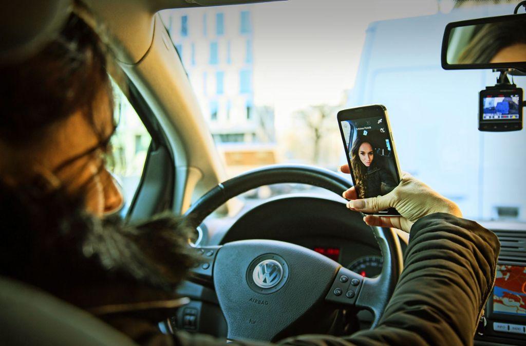 Ablenkung am Steuer durch Smartphone und Co. wird zum immer größeren Problem im Straßenverkehr (Symbolbild). Foto: dpa