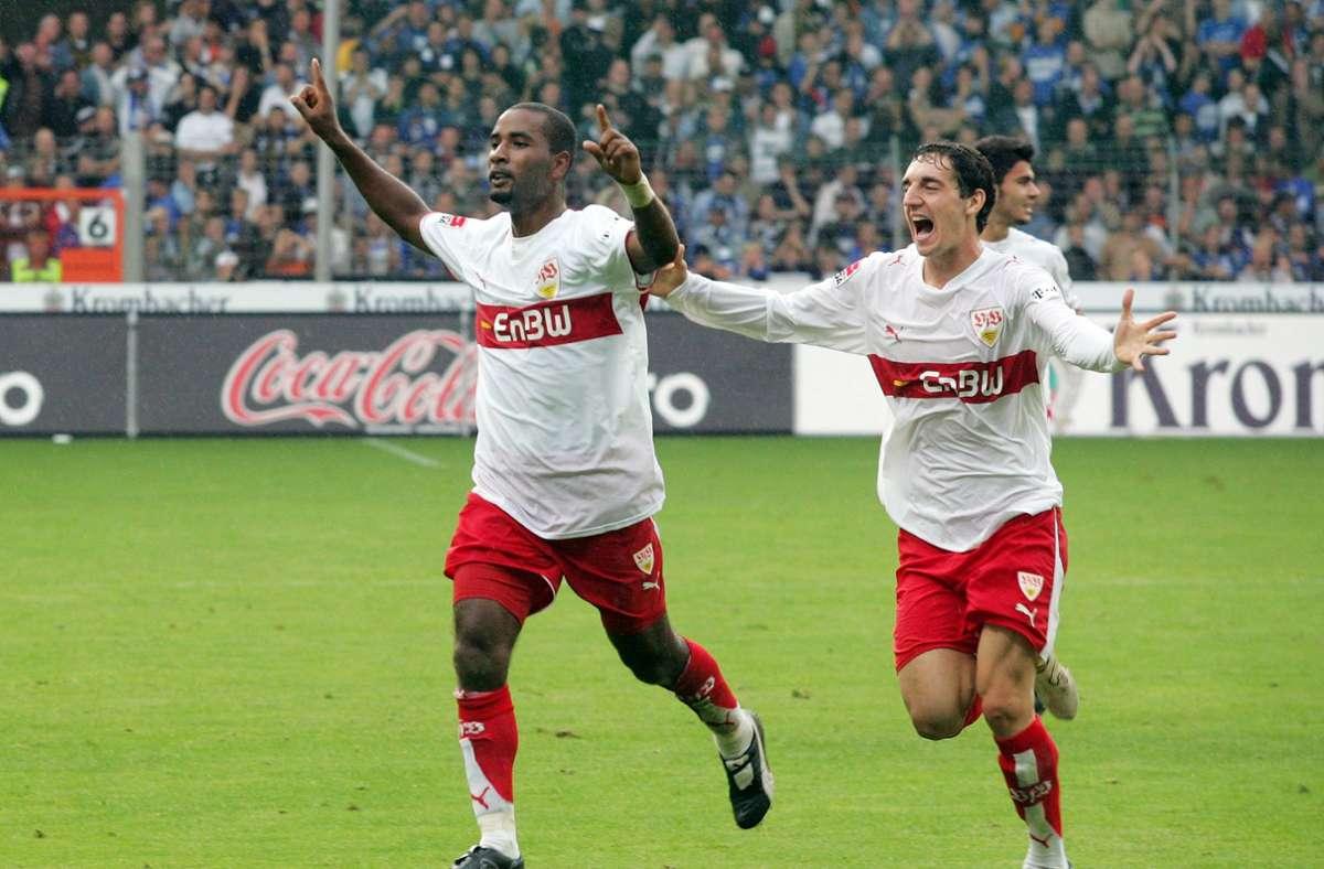 Cacau (links) und Roberto Hilbert vom VfB Stuttgart feiern einen spektakulären 3:2-Sieg in Bielefeld. Foto: Pressefoto Baumann