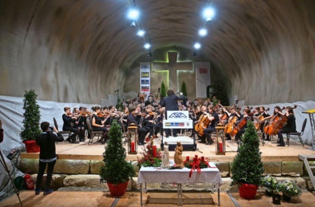 110 junge Musikerinnen und Musiker spielen für die Bergarbeiter auf. Foto: Horst Rudel