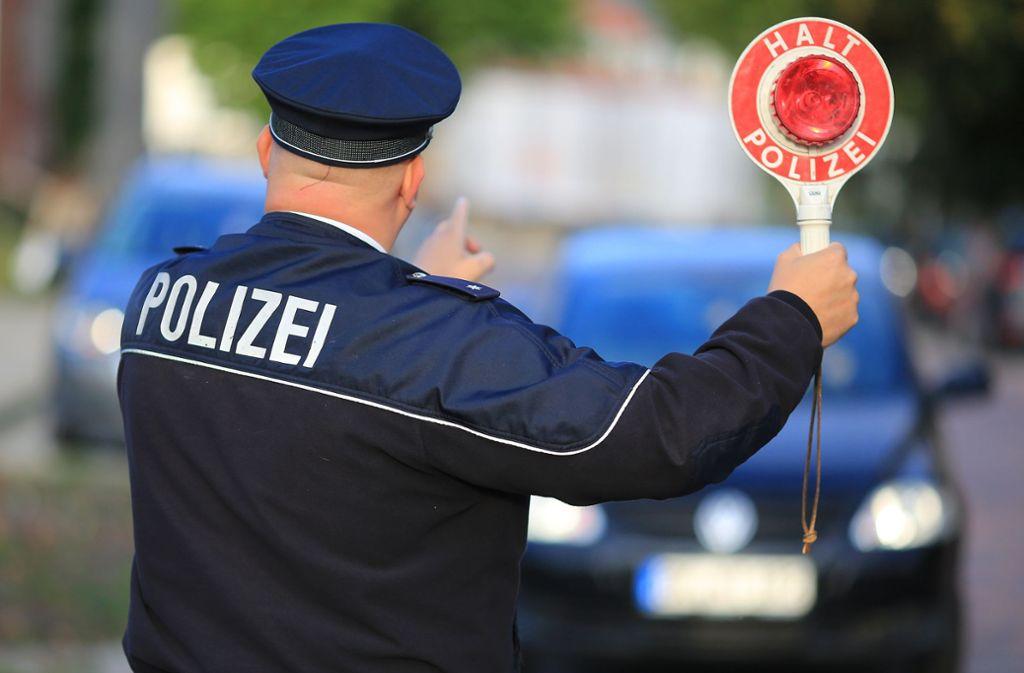 Die Polizei verteilte am Donnerstag mehrere Bußgelder an Fahrer, die ein Wendeverbot ignorierten (Symbolbild). Foto: picture alliance/Peter Gercke