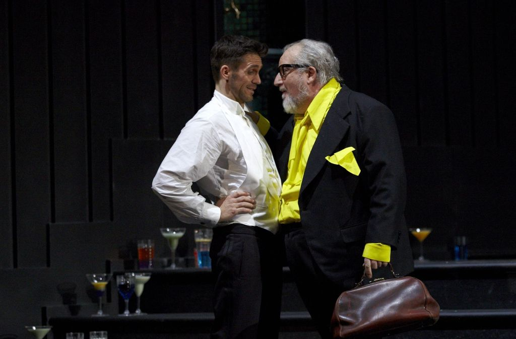 """Ed Lyon als Colin und Roland Bracht als Doktor Mangemanche (re.) in """"Der Schaum der Tage"""" Foto: A. T. Schaefer"""