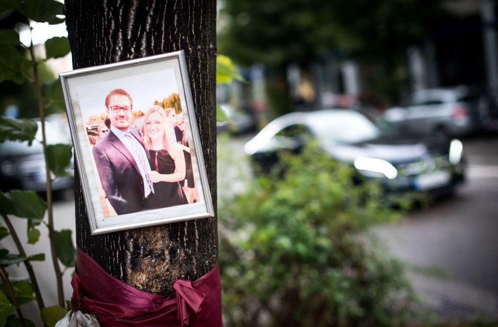 Über dem Gedenkstein haben die Eltern  ein Foto der Unfallopfer aufgehängt. Foto: Lg/Max Kovalenko