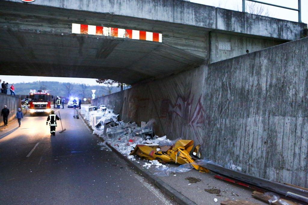 Ein Lkw mit mehr als 300 Waschmaschinen steckte zwischen Winterbach und Schorndorf-Weiler in einer Unterführung fest. Foto: Benjamin Beytekin