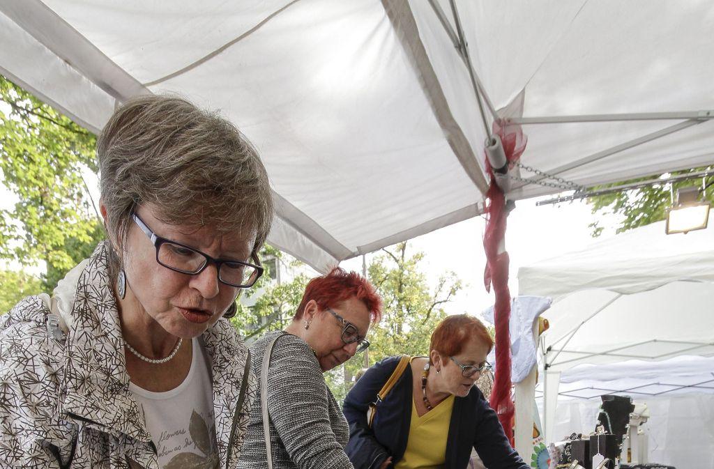 Schmuck und (Stelzen)kunst: Beim Straßenfest in Korntal gab es einiges zum Anschauen und zum Mitnehmen. Foto: factum/Bach
