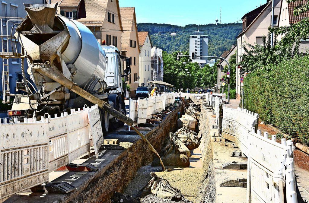 In der Dietbachstraße wird der Graben für den Trinkwasserkanal verfüllt. Foto: Kuhn