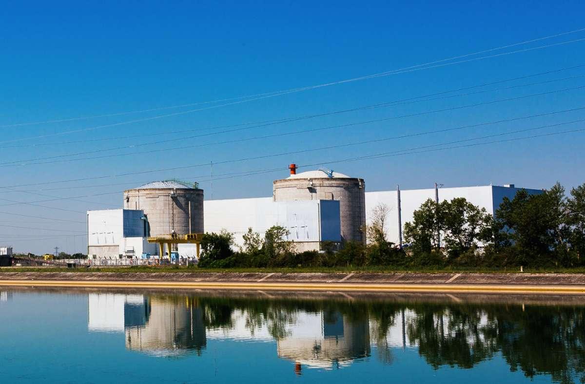 Über dem AKW am Rhein könnten am Samstag nicht radioaktive Dampfwolken sichtbar sein, wenn der Druckwasserreaktor wieder gestartet wird. Das teilte der Betreiber  am Freitag mit. Foto: dpa/Philipp von Ditfurth