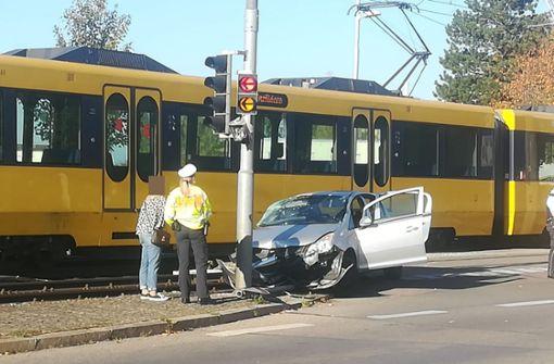 Auto prallt mit Stadtbahn zusammen – drei Verletzte