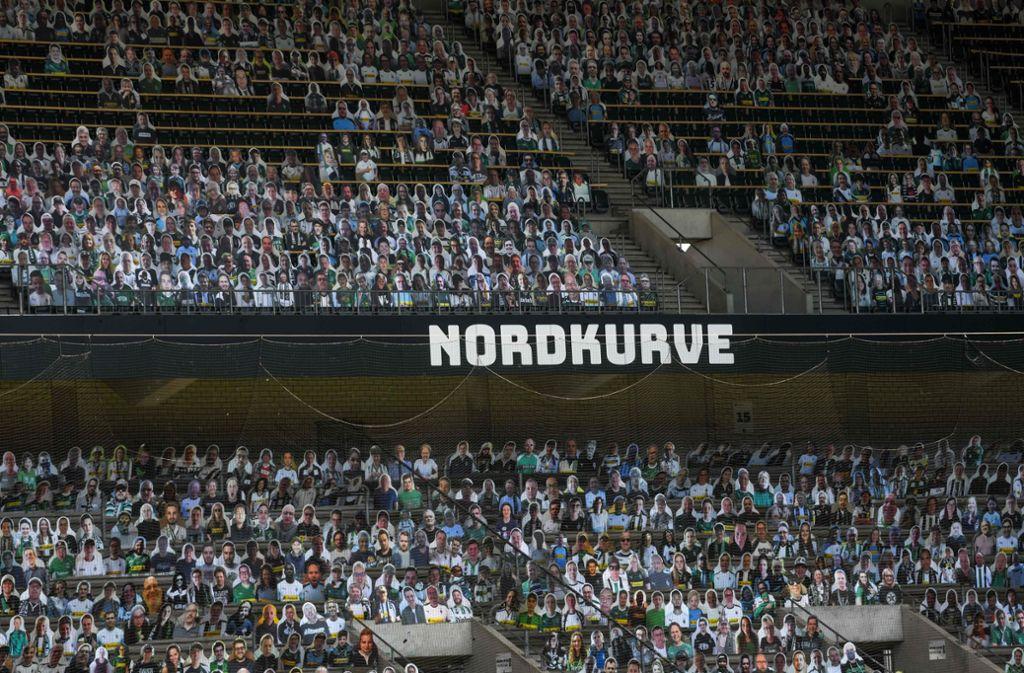 """Die Tribünen des Borussia-Parks sind von Pappfiguren """"bevölkert"""". Foto: AFP/Ina Faßbender"""