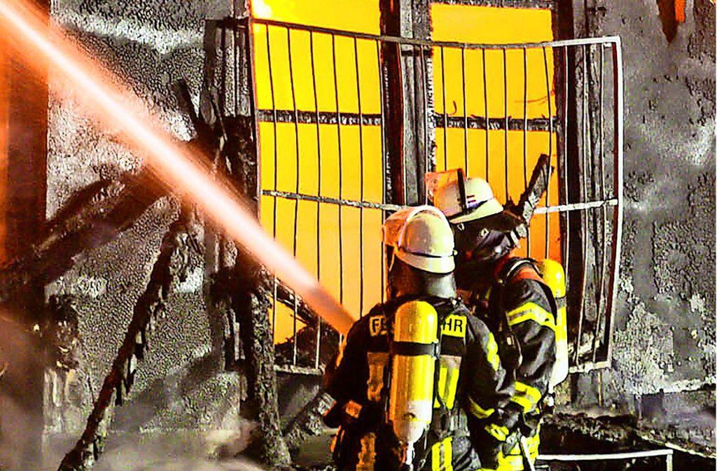 Bei Einsätzen, bei denen mit einer gesundheitlichen Belastung durch giftigen Brandrauch zu rechnen ist, tragen die Feuerwehrleute Atemschutzgeräte. Foto: dpa