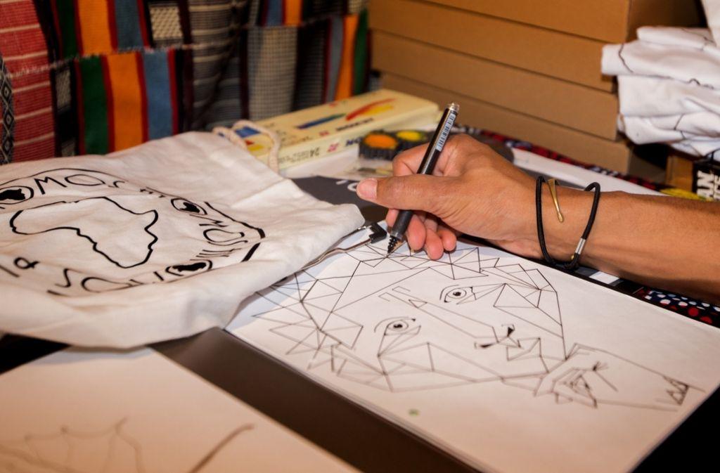 Andy Nosa Moses nimmt sich Zeit für seine Zeichnungen. Inspirieren lässt er sich dabei unter anderem von der afrikanischen Kultur.  Foto: Lichtgut/Ines Rudel