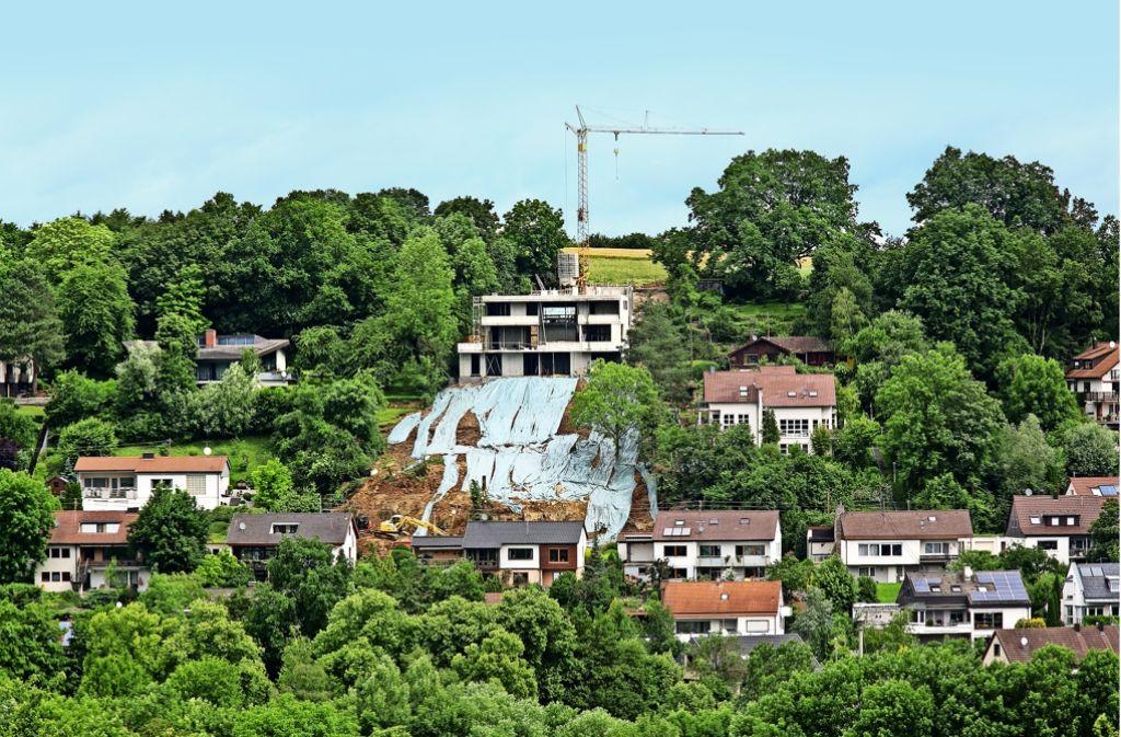 Der Neubau soll angeblich die Baulinie oberhalb der  Panoramastraße  schließen. Das zusätzliche Geschoss wurde erlaubt, weil es sich um ein Flachdach handelt. Foto: Horst Rudel