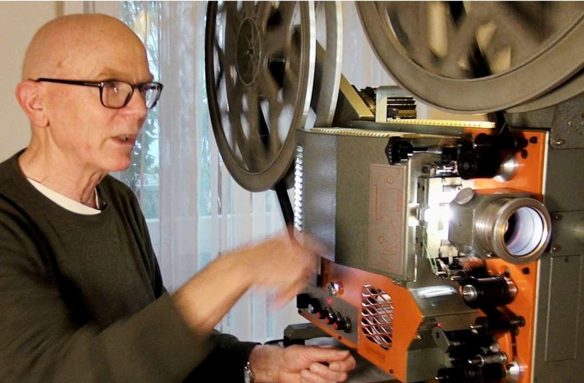 Gerhard Göbelt, hier mit seinem  35-mm-Filmprojektor, gehört zu den wenigen Wanderkinobetreibern in Deutschland. Foto: Laser Hotline