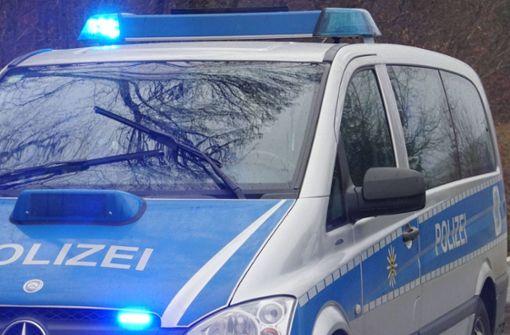 Betrunkene greift Polizisten im Streifenwagen an