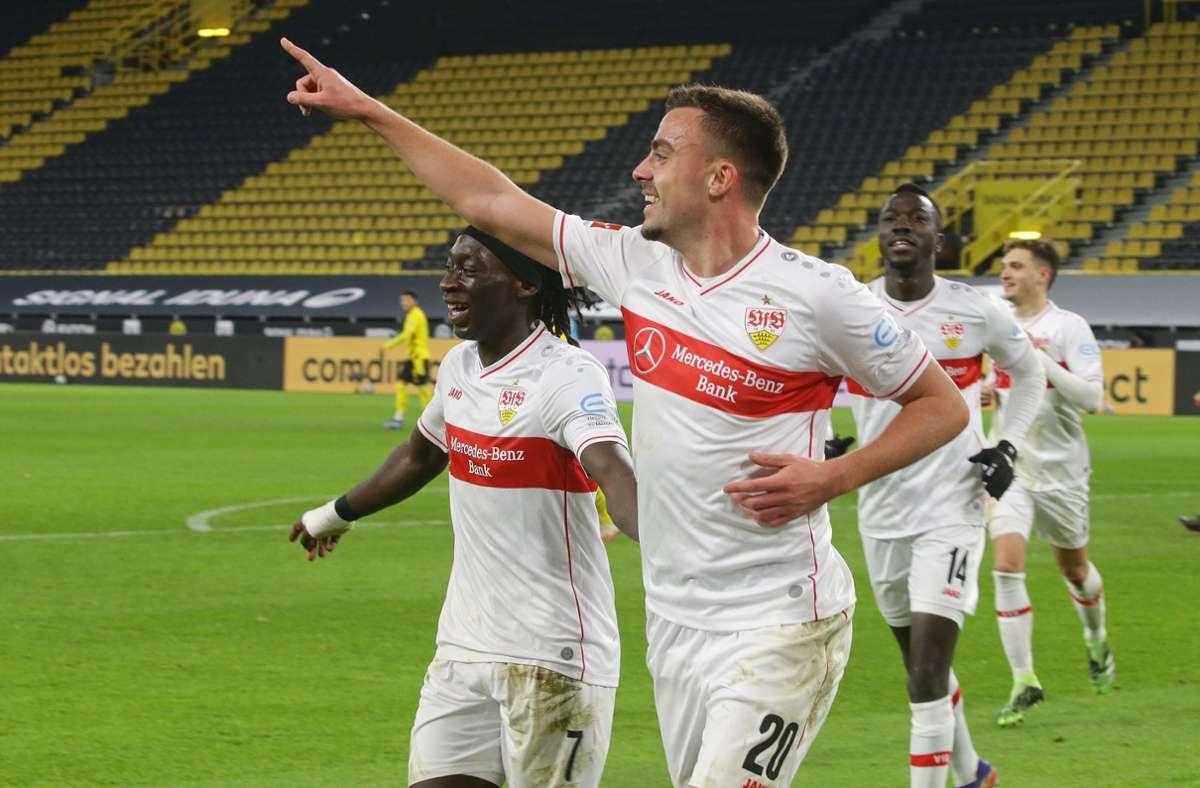 Philipp Förster (Mitte) und der VfB Stuttgart feiern den Kantersieg in Dortmund. Foto: Pressefoto Baumann//Hansjürgen Britsch